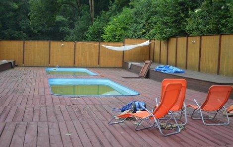 V tomto bazénu dostaly děti zásah elektrickým proudem.