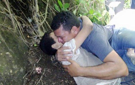 Srdceryvný moment, táta objímá těžce zraněného syna.