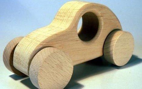 Kluci se dokážou vyřádit i s dřevěným autem.