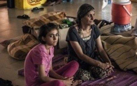 Zoufalá Sára nezná osud dcery Laily, kterou unesli hrdlořezové z IS.