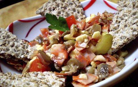 Dietní hlívový salát s rajčaty.