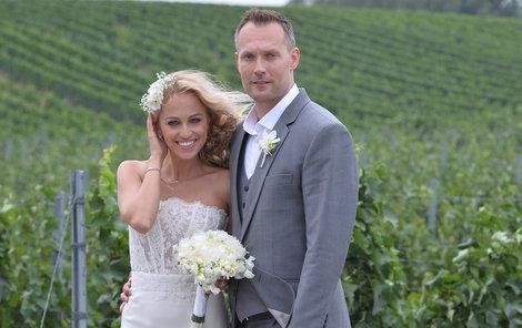 Nevěsta slíbila Ondřejovi věrnost v šatech návrháře Lukáše Lindnera.