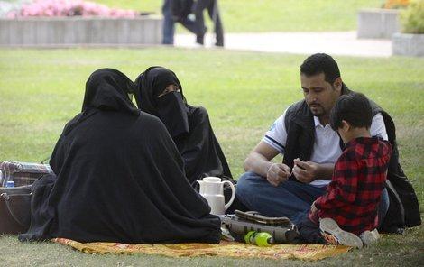 Arabové posedávají v parcích.