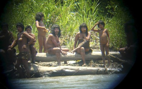 Kmen Mashco Piro konečně na fotografii.