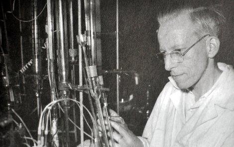 Vědec ve své laboratoři trávil dny a noci.