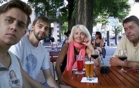 Rodina Navrátilů, synové Vincent (zleva) a Cyril, matka Veronika a otec Marek.