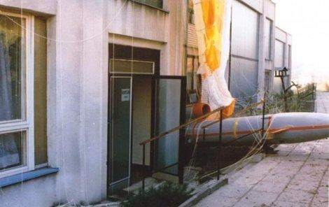 """Raketový letoun """"zakouslý"""" do budovy školky."""