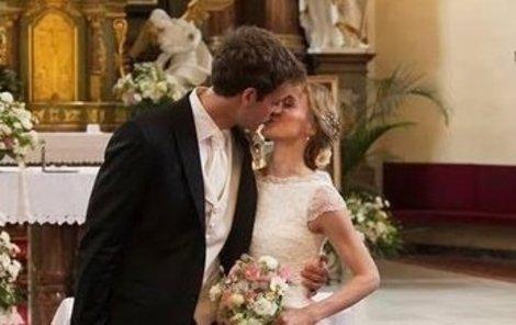 První polibek novomanželů proběh v kostele.