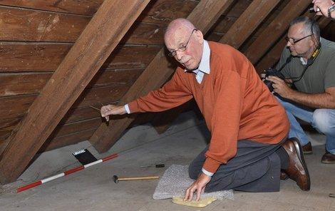 Po dlouhém hledání objevil Rudi Schlattner dva provázky, které otevřely dveře do skrýše.