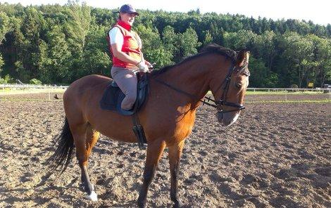 Tamara se ani po amputaci nevzdala, nový partner jí pak pomohl vrátit se k milovaným koním.