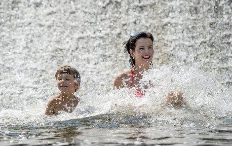 Slunečného počasí a koupání si užívali lidé včera na řece Úpě u Viktorčina jezu v Babiččině údolí v Ratibořicích na Náchodsku.