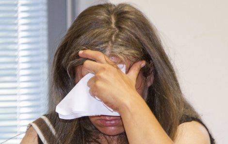 Do soudní síně vcházela s kapesníkem přes obličej...