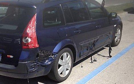 Auto stojí na rozpáleném parkovišti několik dní.