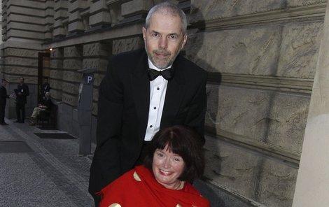 Marek Eben se o manželku Markétu vzorně stará.