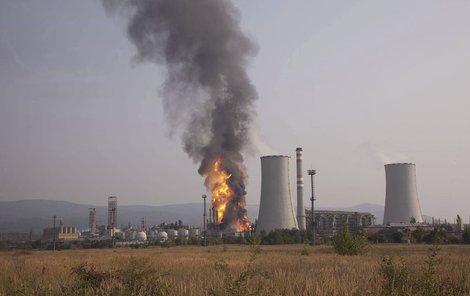 Po výbuchu vyšlehly z chemičky obří plameny.