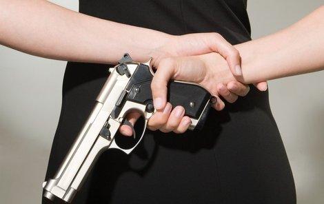 Matka vytáhla zbraň a začala do dcery střílet!
