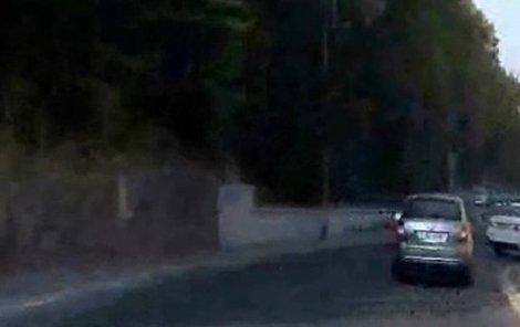 Na úzké silnici se řítil stovkou a předjížděl.