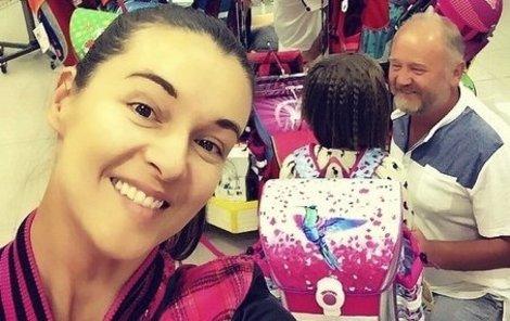 Iva se novou taškou mladší své dcery hned pochlubila.