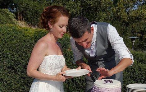 Novomanželé Annelie a Jiří si za svatební barvu zvolili fi alovou, a to i na dortu.