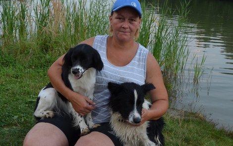Katka s Maxem (vpravo), který je plavec. Fenka Blaženka naopak vodu vůbec nemusí.