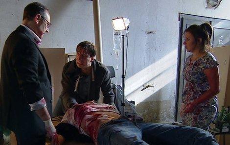 Ředitel Hejduk a doktorka Suchá museli operovat v otřesných podmínkách, čelili i vyhrožování.