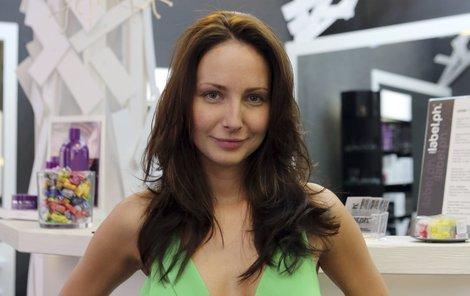 Oblíbená seriálová herečka Veronika Arichteva (29) s vlasy neexperimentuje, nechá si jen zastřihnout konečky a oživit barvu.