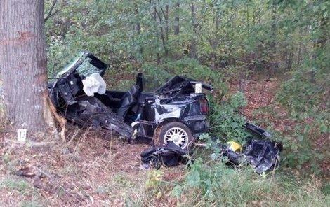 Havarovaný ve kterém golf, našli smrt dva mladíci, se třetí těžce zranil.