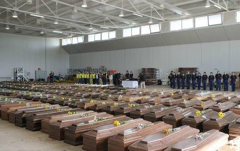 Rakve s těly mrtvých uprchlíků.