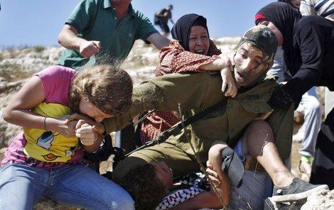 Voják chlapce zatýkal kvůli tomu, že po něm údajně házel kameny.