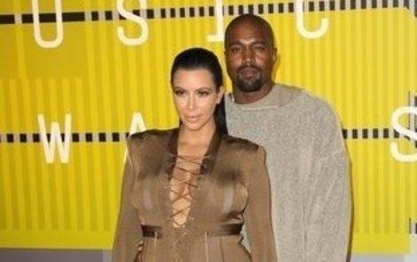West v teplácích a jeho »první dáma« Kim Kardashian (34). Ta však byla i v 6. měsíci těhotenství oblečena velmi stylově!