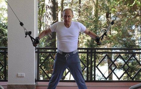 Putin si pořádně protáhl celé tělo.