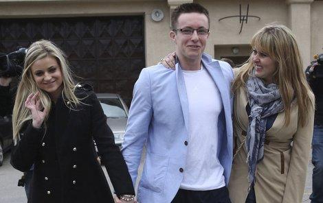 V květnu při propuštění na Lukáše před věznicí čekala šťastná Veronika (vlevo) i máma Šárka.