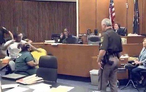 Několik ran pěstmi, řev v soudní síni a nakonec hromadná rvačka. Tak skončila svědecká výpověď Američana Dwayna Smitha u soudu v Detroitu.