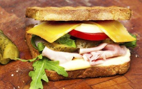 Co na svačinku? Třeba sendvič se šunkou a sýrem!