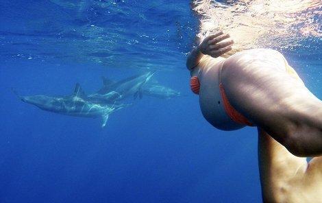 Dorina se rozhodla rodit v moři za asistence delfínů.