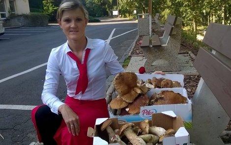 Martina Vaculová (27) se svým hřibovým úlovkem.