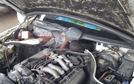 V embryonální poloze stočený přímo v motorovém prostoru obstarožního Mercedesu 300.