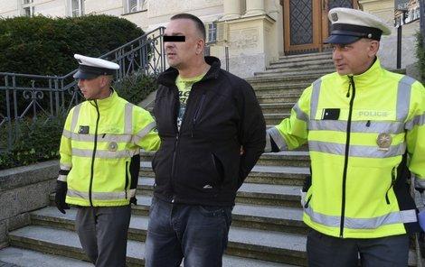 Josefa S. (45) poslal karlovarský soud do vazby.