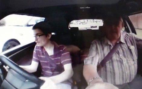 Vůz autoškoly předjíždí bílý Range Rover (vlevo)…
