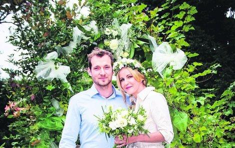 """První společné snímky po svatbě. Josef Pizinger je synem její kamarádky Simony. """"Začali jsme si hodně rozumět a potom se to všechno nějak seběhlo a začali jsme spolu žít,"""" vzpomíná Vendula."""