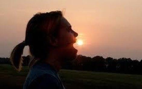 Ženy věří, že potravu mohou nahradit sluneční paprsky, kterým nastavují svá těla při západu slunce.