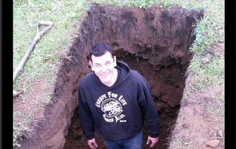 Antony si věřil, že se z hrobu dostane.