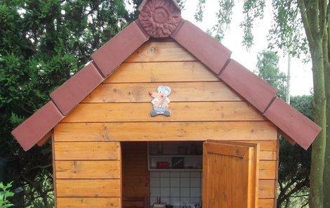 Dřevěný domeček pro děti získal praktickou zámkovou dlažbu.
