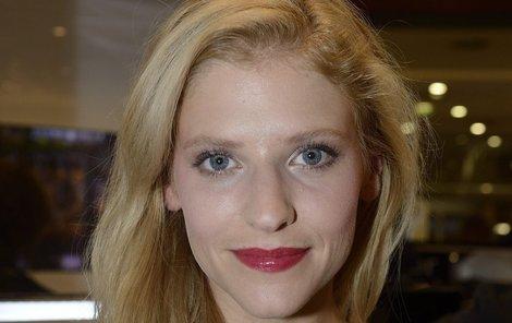 Herečka Jitka Ježková (37) má široký rty a červenou výraznou rtěnku si může dovolit.