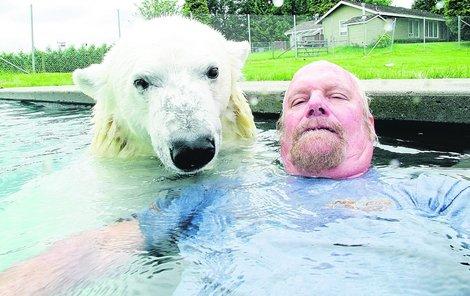 Koupačka v bazénu je oblíbená kratochvíle pro oba.