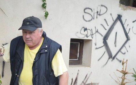 Důchodce Václav Jonáš našel svůj dům pomalovaný hanlivými nápisy.