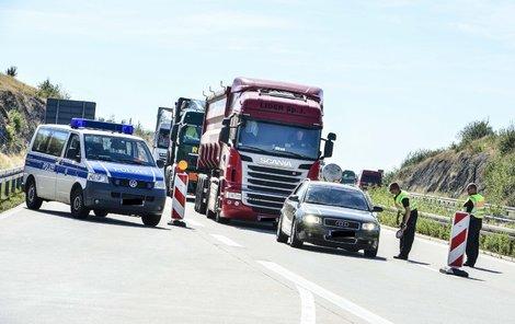 Němci auta kontrolují na německé straně dálnice D8.