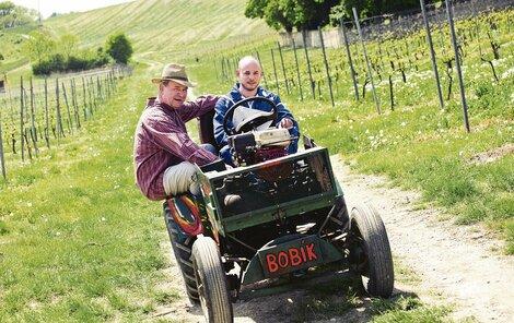 Traktor Bobík se může pochlubit tím, že má za sebou víc natáčecích dnů než někteří herci. Postránecký na něm proseděl několik hodin.