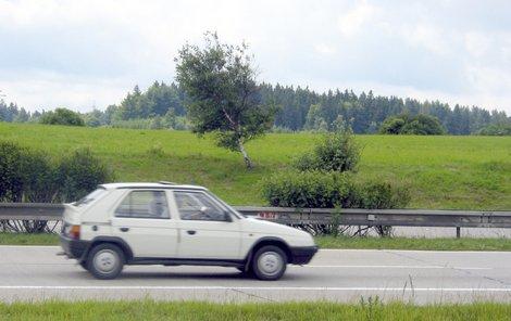 Řidič vozu Škoda Favorit už nedokázal zabrzdit.