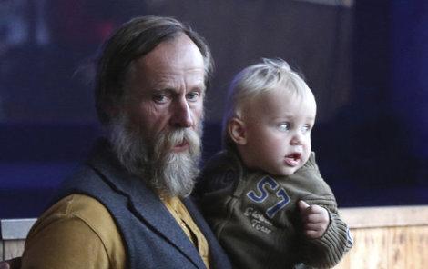 Karel Roden jako pyšný tatínek malého Karlíka. Děti vychovává se dvěma ženami.